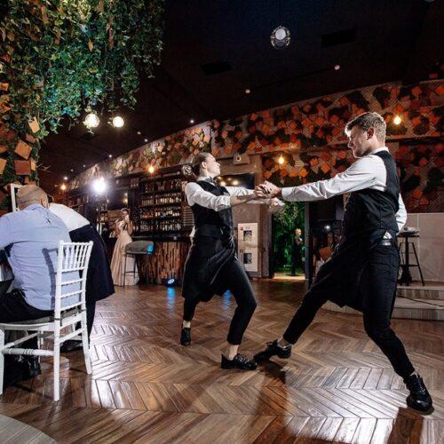 танцующие официанты